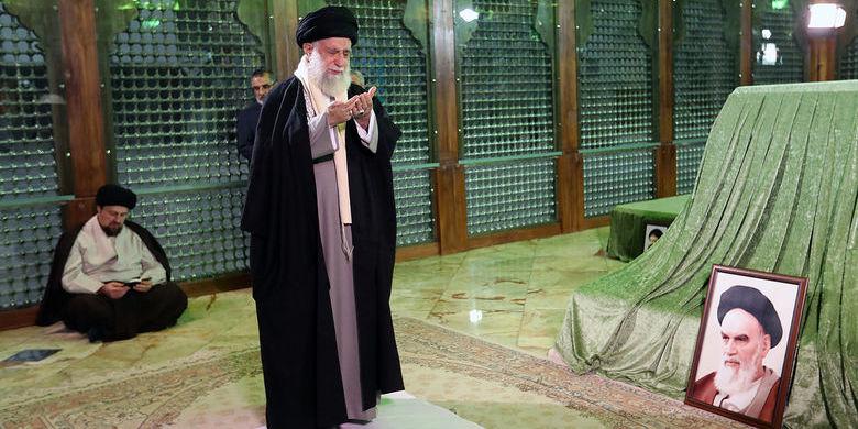 گزارش تصویری/ حضور رهبر انقلاب در مرقد امام (ره) و گلزار شهدا