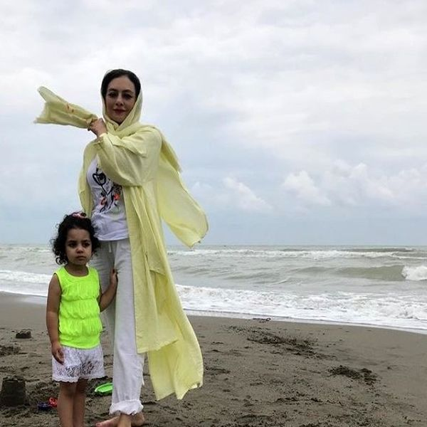 عکس یکتا ناصر در کنار دریا