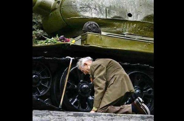 ملاقات سرباز پیر روس با تانکی که در آن خدمت کرده بود + عکس