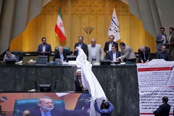 گزارش تصویری/ جنجال جدید دلواپسها در مجلس از طومار پراکنی تا دیده بوسی!