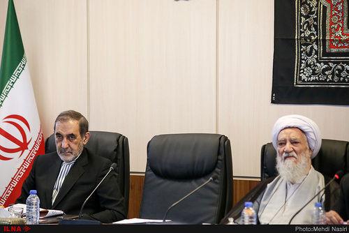 خوشحالی و ژست احمدی نژاد در جلسه مجمع تشخیص (عکس)