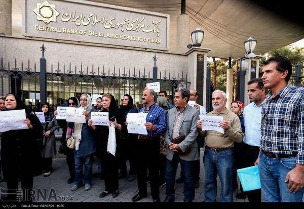تجمع اعتراضی مقابل بانک مرکزی به حذف ارز دانشجویی