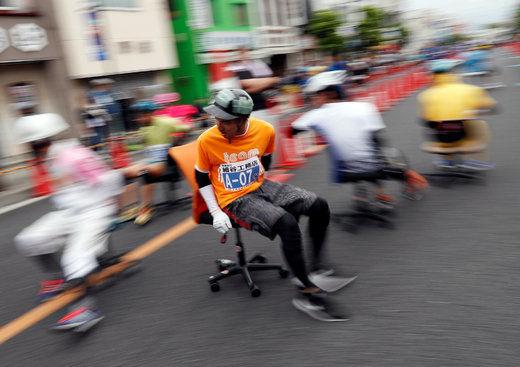 تصاویر/ مسابقه با صندلیهای چرخدار اداری در ژاپن!
