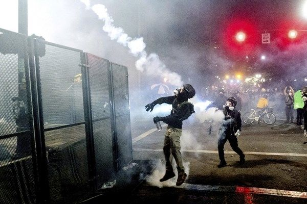 جنگ خیابانی شدید در ایالت اورگان آمریکا+گزارش تصویری