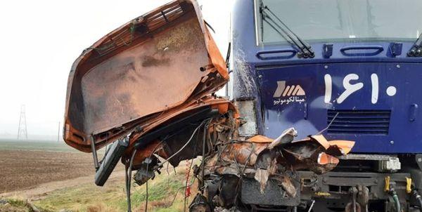 قطار تهران-رشت یک کامیون را له کرد و جان باختن راننده + تصاویر