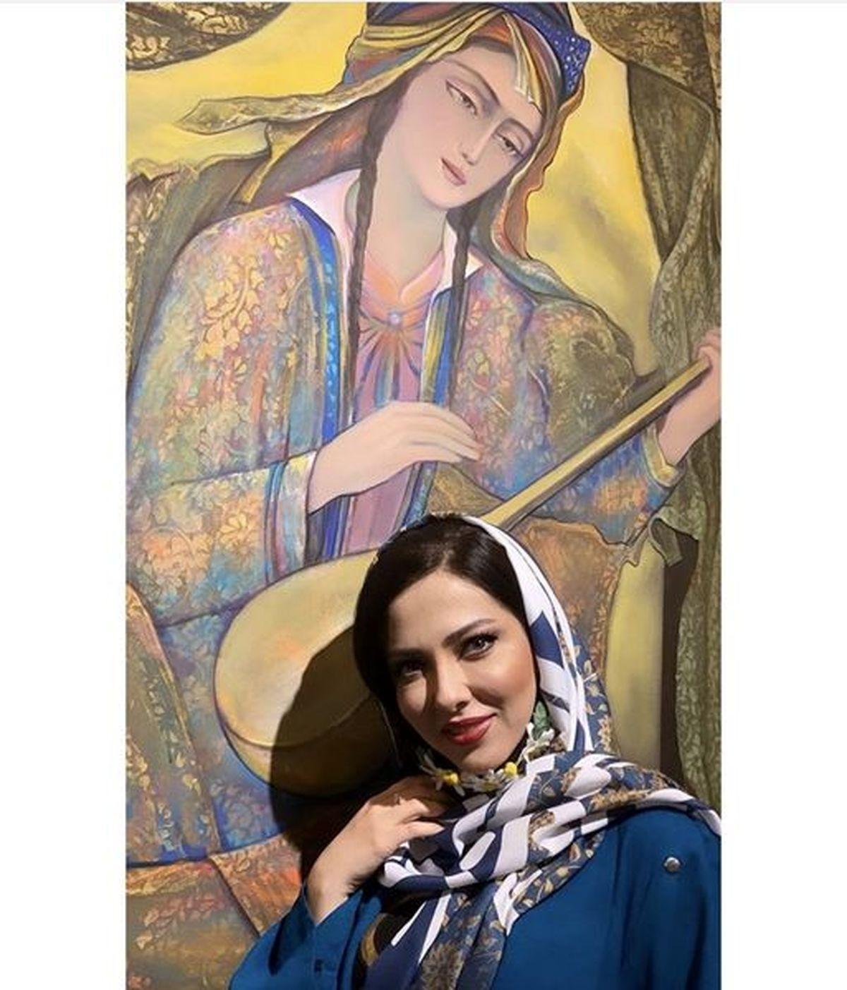 عکس جذاب لیلا اوتادی در گالری نقاشی